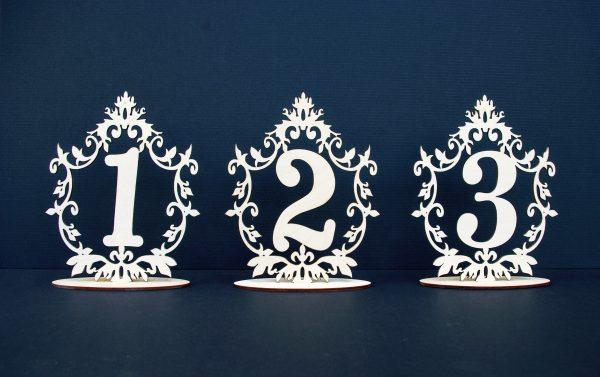 Mediniai stalo numeriai su ornamentu